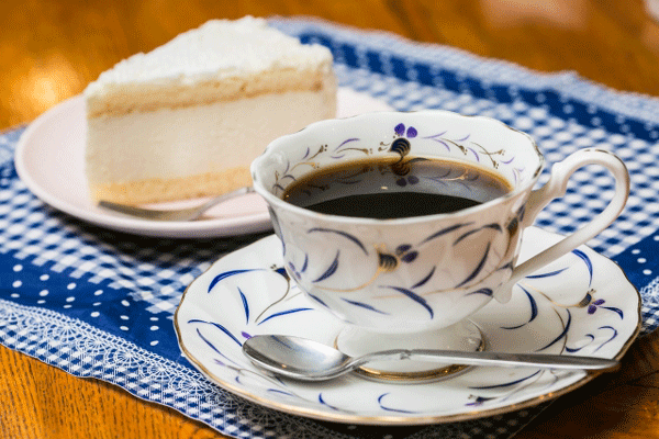 ケーキとコーヒーの写真