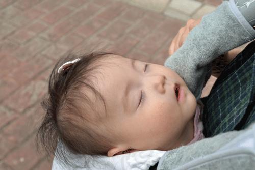 抱っこひもの赤ちゃんの寝顔