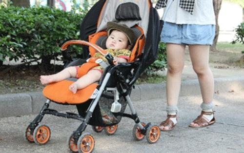 赤ちゃんとべビーカーの写真