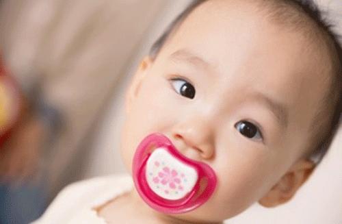 赤ちゃんとおしゃぶりの可愛い画像