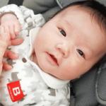 赤ちゃんとママが手をつなぐ画像