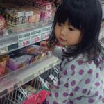 女の子が買い物を楽しむ画像