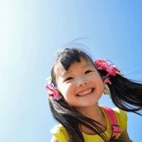 リボンを付けた女の子が笑っている画像
