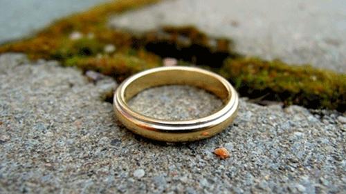 金の指輪が落ちている画像
