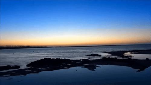 モンサンミシェルの海岸が青とピンクのグラデーション