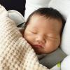 チャイルドシートで赤ちゃんが寝ている画像