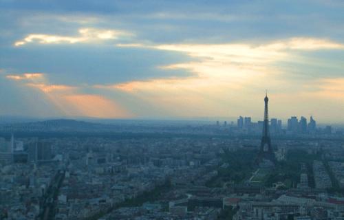エッフェル塔と夕暮れの画像