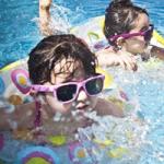 浮き輪でプールを楽しむサングラスの女の子たち
