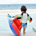 カッコいい浮き輪を持つプールの男の子