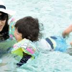 ママとプールで遊ぶ子供の画像