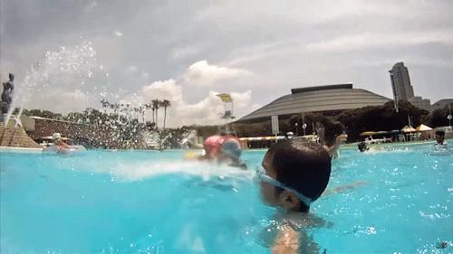 プールで元気に遊ぶ男の子の画像