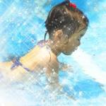 プールの女の子がキラキラしている画像