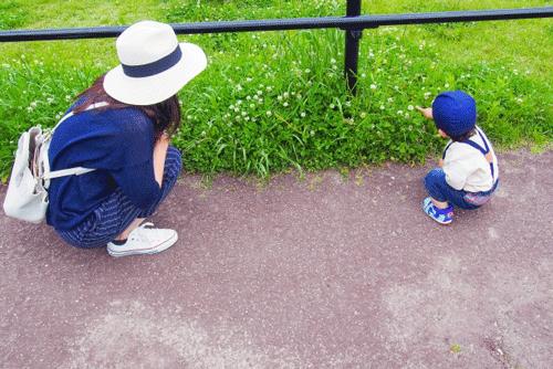 ママと1歳児がお散歩している画像