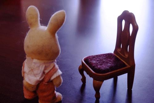 忘れらててしまったウサギのおもちゃと椅子