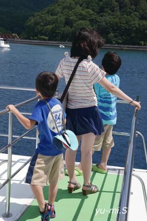 船に乗る家族の写真