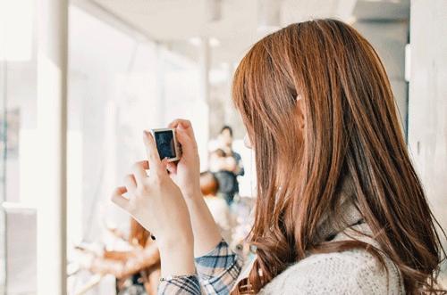 女性とカメラの画像