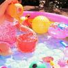 子供用プールで女の子が遊ぶ画像