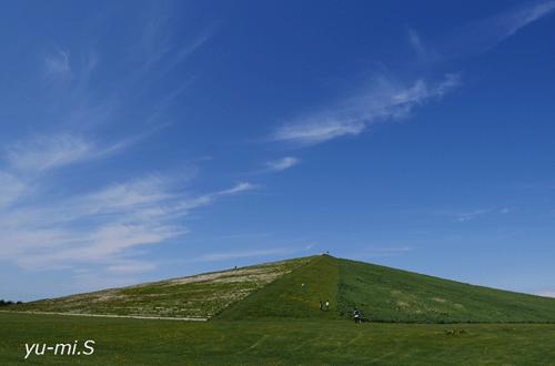 緑の山と青い空が美し写真
