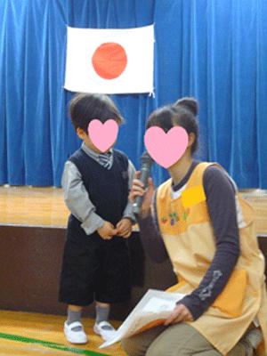 幼稚園の入園式で、子供と先生がおしゃべりしている写真