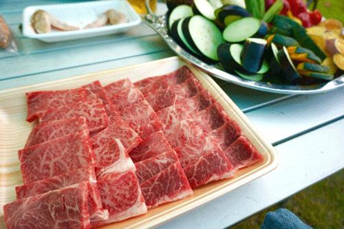バーベキュー用の肉と野菜を用意した画像